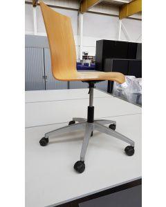 Bureaustoel met houten zitting en rug Merk  Viasit grijze metalen  poot, wieltjes