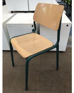 Houten schoolstoel, stapelstoel, groen frame